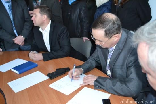 Керівники РДА пишуть заяви на звільнення (фото Здолбунів Сіті)