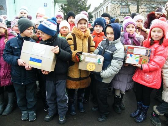 діти передають подарунки_1