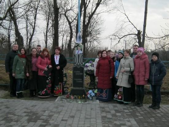покладання квітів та фото на згадку біля памятного знака Тарасу Якимчуку