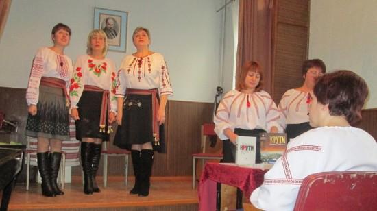 тріо музшколи виконує пісню Гомоніла Україна