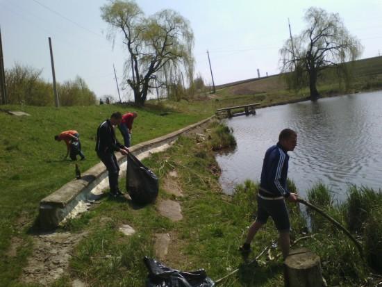 прибирання біля озера (2)