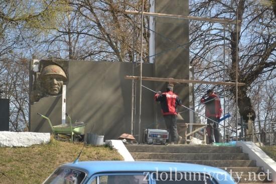 робота над памятником