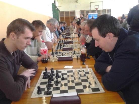 за шахівницею