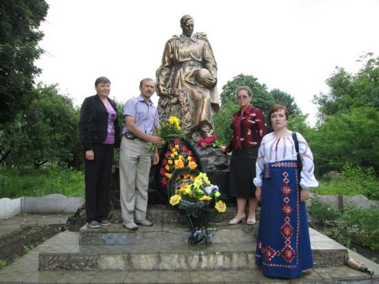 квіти до братської могили
