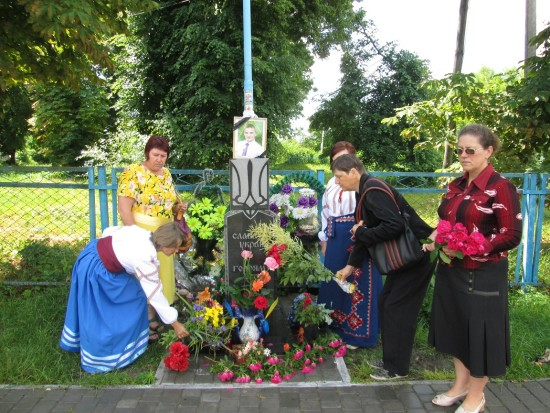 квіти загиблому в АТО Тарасу Якимчуку