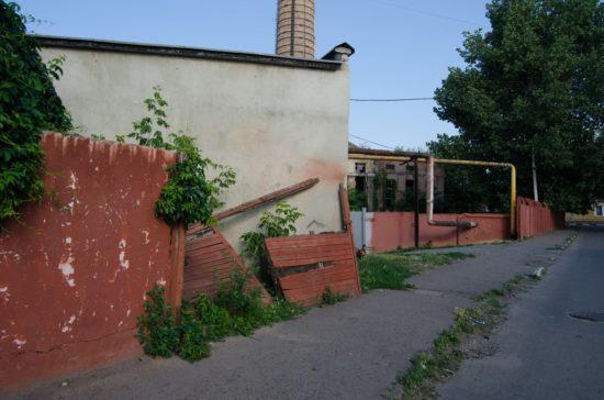 стіна, що рушиться (2)