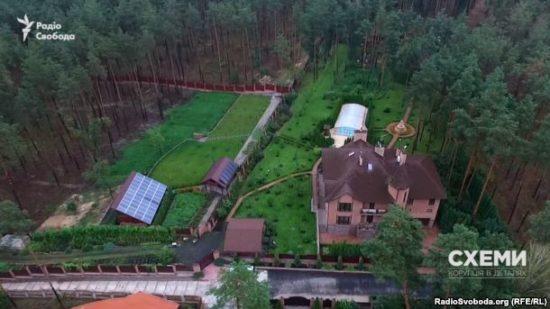 Маєток під Києвом на 583 квадратні метри, яким користується співробітник ГПУ Володимир Бедриківський, записаний на його 80-річну маму